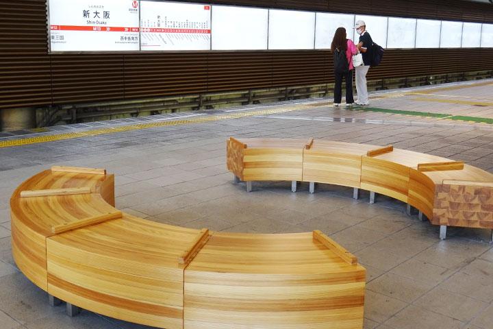 新大阪站月臺上的時尚長椅